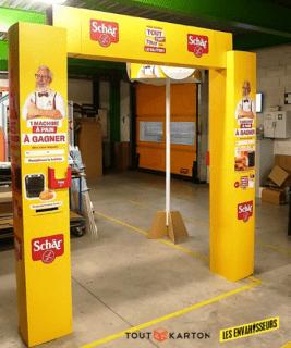 PLV arche publicitaire à colonnes carrées - PLV carton sur mesure pour la théâtralisation et l'animation en grande distribution